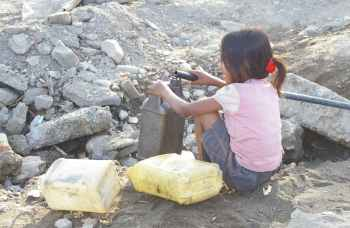 Collecting water, Dili